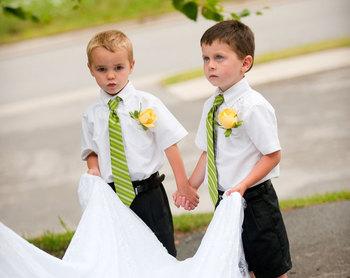 トレーンベアラーは、裾の長いドレスの場合、花嫁のドレスのトレーン部分を持って歩く子供のことです。