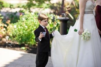 短いドレスの場合は必要ないとされていますが、こんな風にちょこんと持ってもらうのも個性的でかわいいかも…!