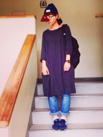 シンプルワンピにデニムでカジュアルに。 黒ニット帽でスッキリファッション♪  シンプルでとてもかわいいですね^^
