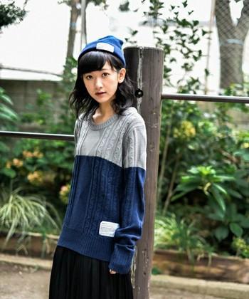ブルーのニット帽はとてもキュート♪ ニットのトップスでカラーを合わせて。 ダボダボ感がとてもかわいい!