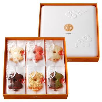 パッケージも色々な種類がありますが、どれも可愛らしい物ばかりです。箱入りのモノは引菓子として使用されることもあります♪