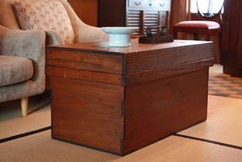 畳にソファのレトロな空間にも。 ローテーブルの代わりとしてソファの前にポンとさりげなく置いて。  経年の色合いが素敵です。