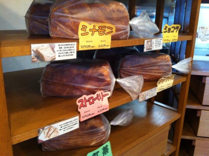 プレーン、シナモン、ショコラ、ストロベリー、紅茶、キャラメルの6種類で、サイズは1斤と2斤のデニッシュ食パンが販売されています。