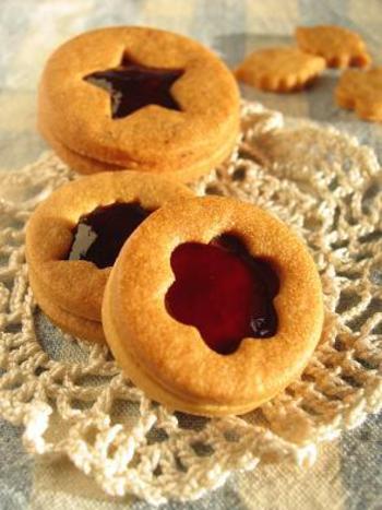 おうちで作るなら、こんなブドウジャムサンドクッキーはいかが? ジャムの部分が、キラキラしてステンドグラスのように、とってもきれい。