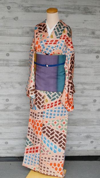 お店での着付けサービスもあるので、店員さんと話をしながら選んで着させていただくこともできるんです。青山の銀杏並木をアンティーク着物で闊歩できたら幸せですね。