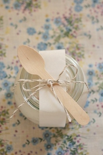 こんな風にシンプルなガラスジャーに入れて木製スプーンを添えれば、容器ごとプレゼントできて素敵な差し入れになりますね。