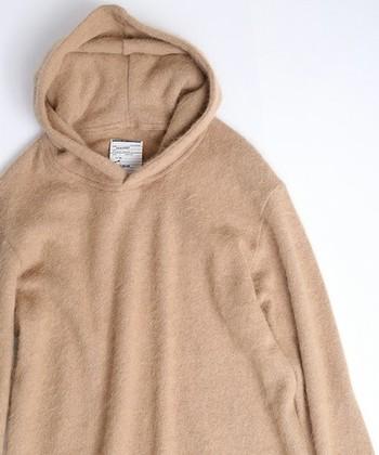 とても柔らかく上品な肌触りで、羊の毛の約3倍も暖かいため、高級なブランド衣類にもよくつかわれます。[写真:アンゴラ70%, ナイロン30%]