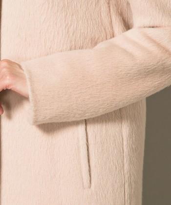 カシミアに比べると太い繊維のため、厚みのあるアウターにも大活躍。[写真:アルパカ69%,羊毛31%]