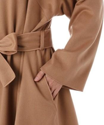 また、カシミヤの1番の特徴は「軽い」こと!厚手のコートを着ていても、苦になりません。 [写真:カシミヤ100%]