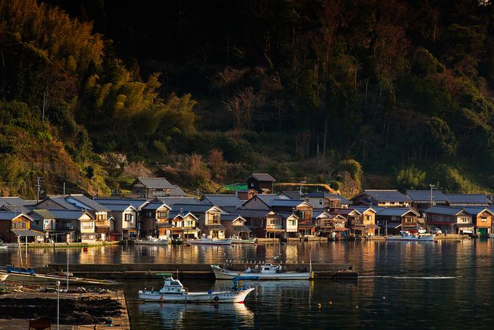 春先の頃。夕陽に染まる伊根の舟屋群。