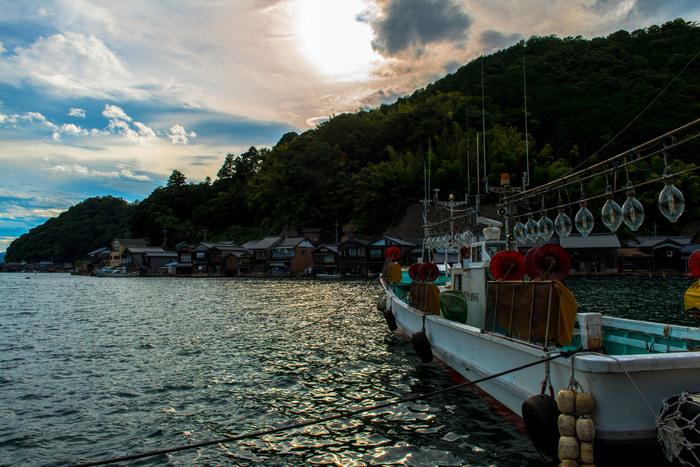 晩夏の頃。夕暮れ時の伊根湾と舟屋群。