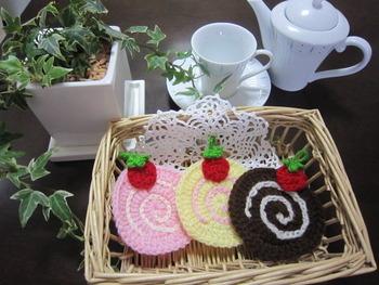 かわいいケーキのアクリルたわし。 これは商品ですが、自分で作る際のデザインの参考にもなりそう。 コースターにもできますね。