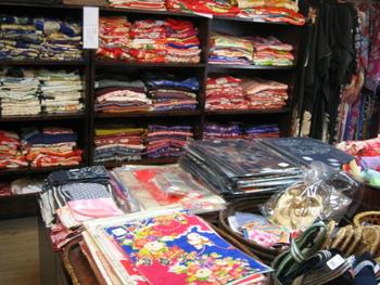 着物や帯、小物類が店内にぎっしりつまっています。お値段もとってもリーズナブルで、状態もいいアンティーク着物がそろっています。