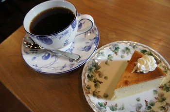 華蔵コーヒーとベイクドチーズケーキ。