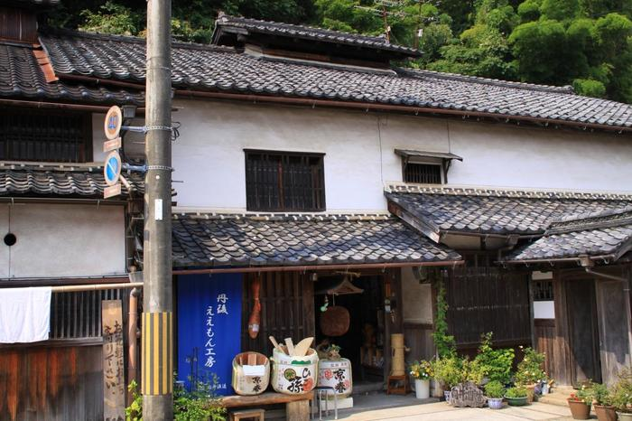 女性の杜氏で有名な造り酒屋「向井酒造」。赤米で造られた自慢の酒「伊根満開」でもよく知られています。蔵元ですが、小売販売もしています。