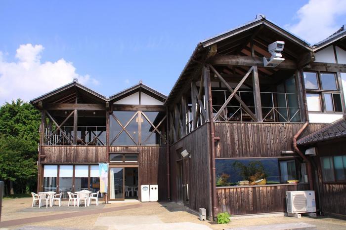 舟屋をイメージした道の駅「舟屋の里公園」の建物。この駅には、地元に揚がる新鮮な魚介を楽しめる食事処(レストラン「舟屋」・「活魚料理 油屋」)や土産物店が併設されています。