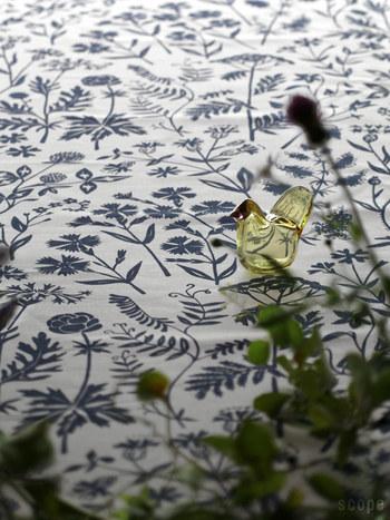 「artek(アルテック)」の「MEADOW FLOWER(メドーフラワー)」。草花が描かれたこのクロスは、1940年代に、フィンランドのテキスタイルアーティスト「エーヴァ・タイミ」がデザインしたもの。クラシカルな花柄は、古びることなくいつの時代でも新鮮。草原の歩く楽しさを思い起こさせます。テーブルが穏やかに雰囲気に。