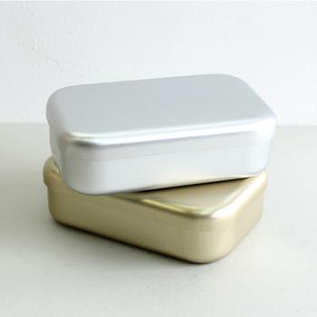 素朴なアルマイト製の弁当箱。 古き良き日本のモノ作りを感じさせてくれます。  弁当箱として以外にも、裁縫箱や小物入れなど さまざまな使い方ができそう♪