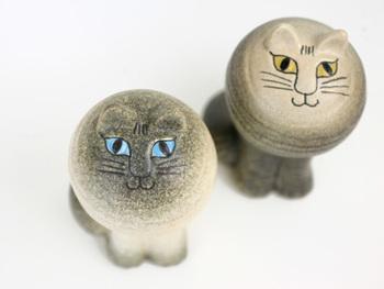 日本でも大人気のリサラーソンの猫の置物。 真ん丸の顔でじっと見つめるこの表情‥ 連れて帰りたくなります!