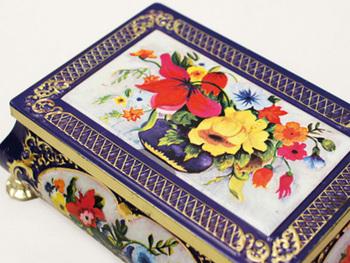 ヴィンテージ感の漂う、 西ドイツ製のFricke&Nacke社のボックス。 華やかな装飾が本当に綺麗。 アクセサリーや大切なものなどを、そっとしまい込みたいです*