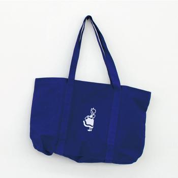 デンマークのスーパーマーケットのキャラクター「イヤマちゃん」。 ブルーのバックに入ったイヤマちゃんの刺繍が目を引きます。 どんなシーンにも馴染むシンプルなデザインで、とっても使いやすいです!