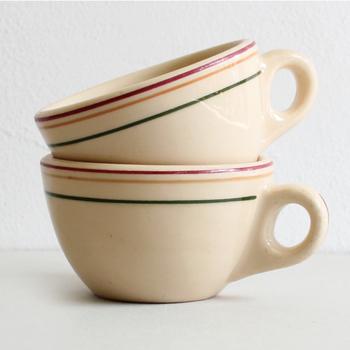 アメリカのCaribe China社の 1960~70年代頃のものと思われる ヴィンテージマグカップです。  ポッテリとした丸みを帯びたルックスが愛らしく、 使うたびに愛着が湧いていきそうです。