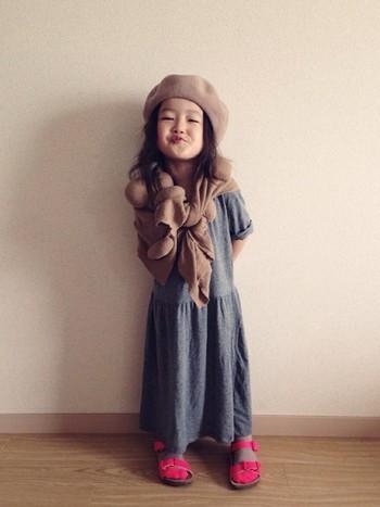 大人びた表情の多いriccarinちゃんの、珍しくおどけた笑顔がキュート! シックな秋色コーデに、サンダル×ソックスで色を効かせて。