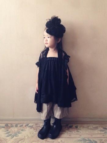 リトルブラックドレスでレディに装いつつも、足元にはゴツめのブーツを合わせるのがriccarinちゃん流。