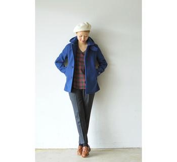 鮮やかなブルーは冬でも取り入れやすい色の一つです。グレーのスラックスでキレイめ感をミックス。グレーとブルーも王道のコーディネートです♪