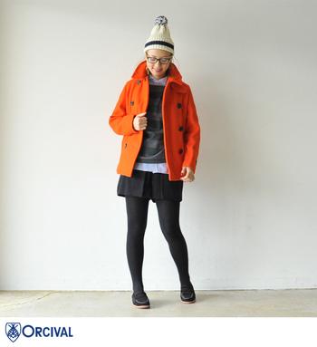 冬の定番と言えばPコートです。冬だからこそ鮮やかなオレンジを取り入れてオシャレに。