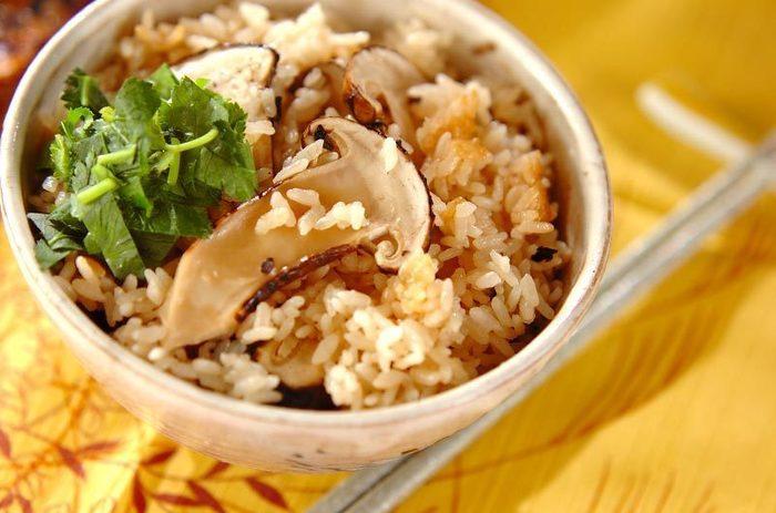 松茸だけの炊き込みご飯は秋ならではの贅沢。松茸の味を思う存分楽しんで♪こちらはもち米も使っているので、食感も楽しめますよ。