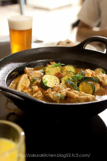 鉄の鍋は火の通りが柔らかで、料理が美味しく出来上がります。 シンプルなデザインなので、和食・洋食を問いません。