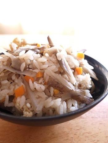 炊き込みご飯の大定番。 旬の根菜を味わうべく、具だくさんでいただきたい。体に優しい食物繊維たっぷりのご飯ですね。