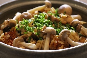 香りよいキノコが出揃う季節。できれば各種たっぷりと。 鶏肉の優しい味と相性バツグンです。
