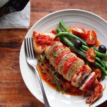 イカ飯もびっくり!トマトとハーブに煮込まれて、こんなに素敵なイタリアンに変身~♪ おもてなしに活躍する自慢の一品になりそう。