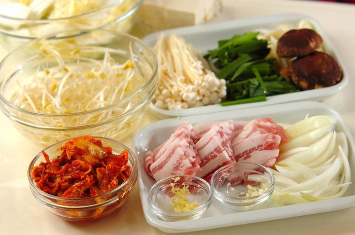 最初に具材を食べやすい大きさに切っておくのがポイント! あとはお鍋で煮込むだけ!体が芯からあたたまる鍋 しめに中華麺を入れて楽しむのがおすすめ♪