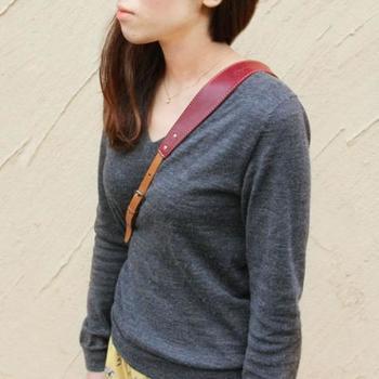 肩部分は幅広デザイン。 重たい一眼レフをかけていても疲れにくい仕様です。