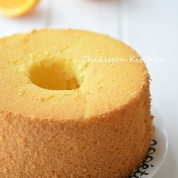 初めて作る人でもお店のシフォンケーキのようにふわふわと人気のレシピ。オレンジの香りが爽やかで美味しいと評判です♪