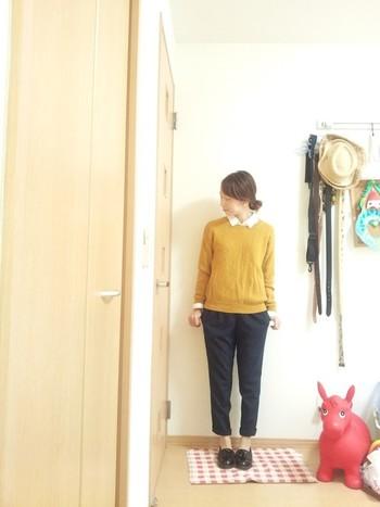 タックパンツと合わせたコーデ。からし色のセーターと合わせて、上品カジュアル♪