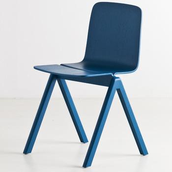 HAYのスタッキングチェアはパキッとしたブルーも、独特なデザインも魅力的☆