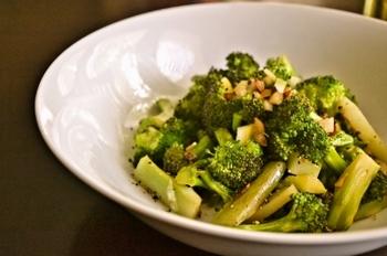ニンニク風味のブロッコリーの炒め物に、塩レモンをプラス。爽やかなうまみがアクセントになって、ブロッコリーだけなのに深い味わいがあります。