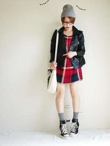レザージャケットとワンピースはROSEBUDのもの。ジャケットのサイズ感やワンピースのカラーリング・丈感は女の子が着て可愛らしく見える絶妙なサイズ。