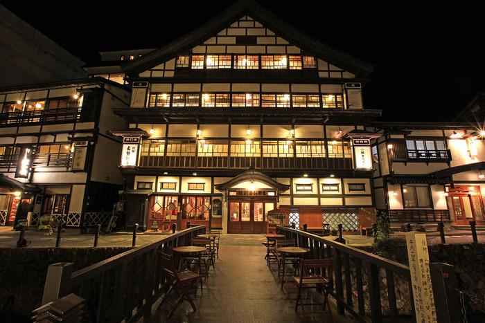 各々の宿も美しくライトアップされます。暖色の灯りと歴史ある木造建築の建具などのコントラストが素晴らしい☆ 夜はこの灯りの灯った街を眺めながら温泉につかりたいですね。