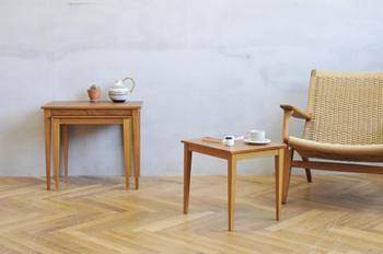 同じデザインのテーブルがサイズ違いで入れ子状になっている「ネストテーブル」。これも外国の家のインテリアっぽさが溢れていますね!