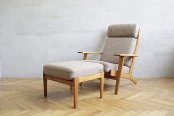 ニューヨーク近代美術館でもその作品が展示されているという、デンマークを代表する家具デザイナー、ハンス・J・ウェグナーの一人掛けソファー。考え抜かれたデザインが存在感を放っています。