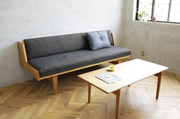 昼間はソファ、夜はベッドとして使える「デイベッド」。直線的なフォルム、脚の付き方など北欧らしいデザイン。