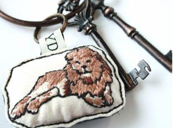 手刺繍のこだわりあふれる作品。 1本1本の糸に込められた作り手の思いを受けて、いまにもライオンが動きだしそうなリアルさがあります。