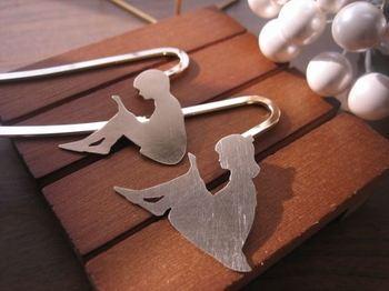 女の子と男の子のシルエットに心惹かれるデザインの真鍮製ブックマーカー。 真鍮なので錆びつきにくく、金属なのにどこか柔らかさを感じさせてくれる作品です。