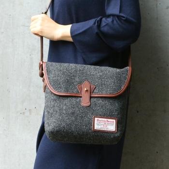 ツイードは冬という季節にとてもお似合い。 ハリスツイードのバッグは冬に持ちたくなりますね。 ハリスツイードからはたくさんのデザインのバッグが発売されているので、お好みの一品を見つけたいところです。