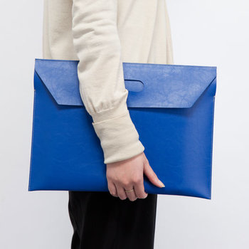 フラップを片方だけ出すことによって、封筒型のクラッチバッグに。大切な書類は、このまま持ち歩きたい!